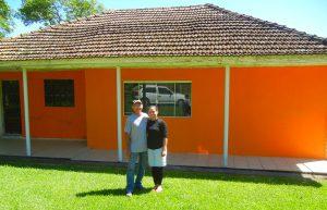 Chico e Neide em frente da casa